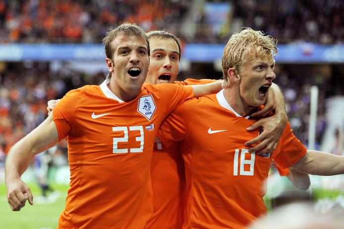 Rafael van der Vaart en Dirk Kuyt (rechts) na een goal tergen Frankrijk bij het EK van 2008. Op de achtergrond Joris Mathijsen.