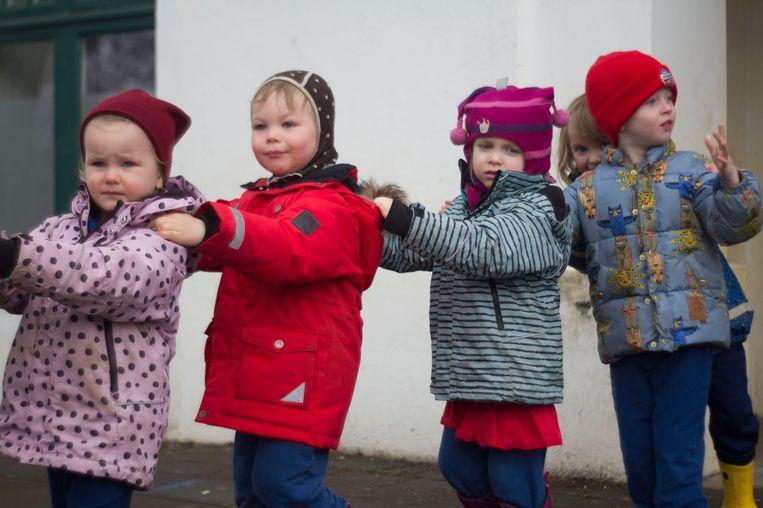 Op het gescheiden schoolplein komen de jongens en de meisjes elkaar wel tegen. Ze spelen er met autobanden, stenen en houtblokken.