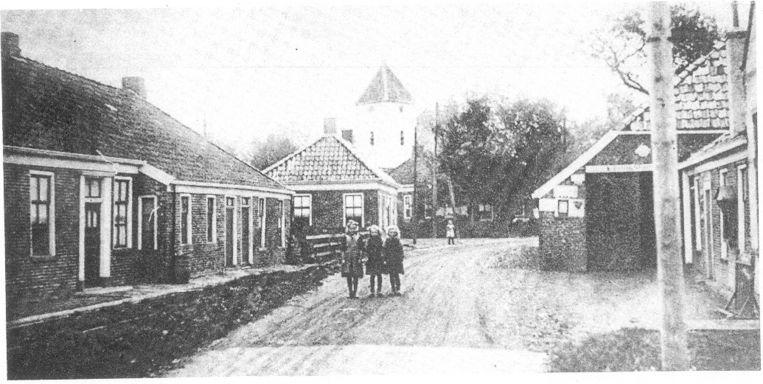 Een oude foto van het verdwenen dorp Otendum. Beeld -