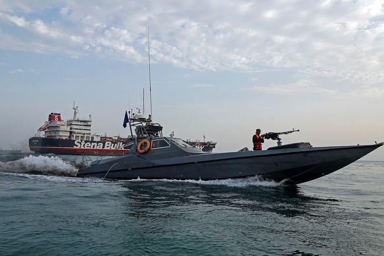 Een boot van  de Iraanse Revolutionaire Garde bij het schip Stena Impero.   Beeld Reuters
