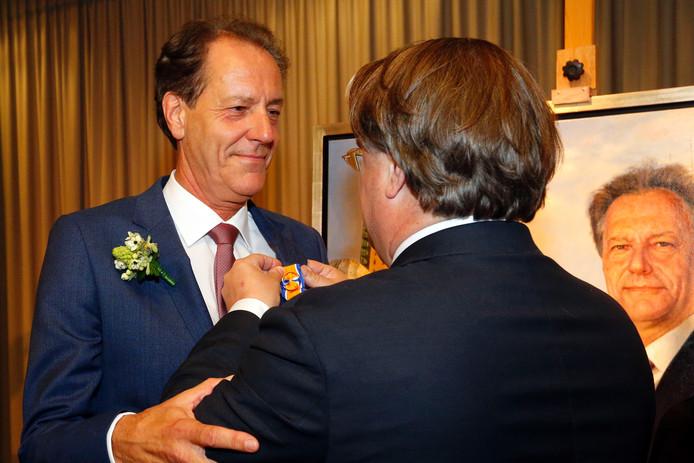 Rob van Gijzel is benoemd tot officier in de orde van Oranje-Nassau. Commissaris van de Koning Wim van de Donk speldde de onderscheiding dinsdagavond op.