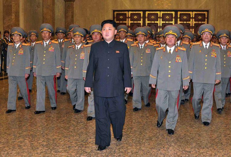 Kim Jong-un vergezeld door militairen. Beeld afp