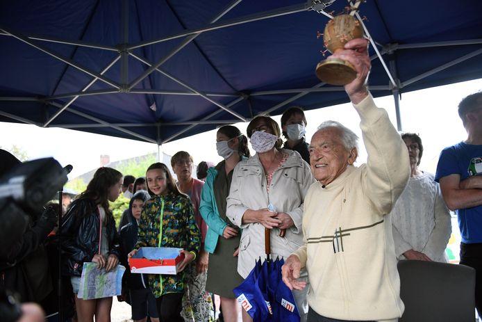 Van zijn familie kreeg hij de 'trofee tegen het coronavirus'.