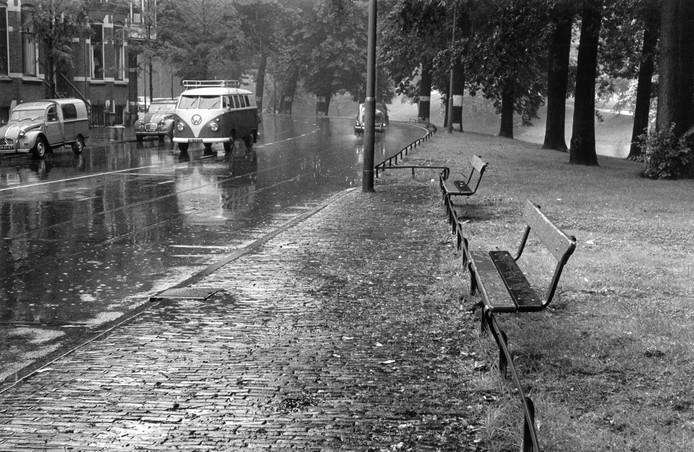 Bankjes met uitzicht op de oldtimers aan de Maliesingel in 1966.