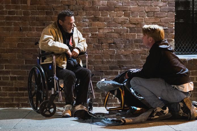 Sheltersuit-oprichter Bas Timmer deelt sheltersuits uit aan daklozen in Amerika