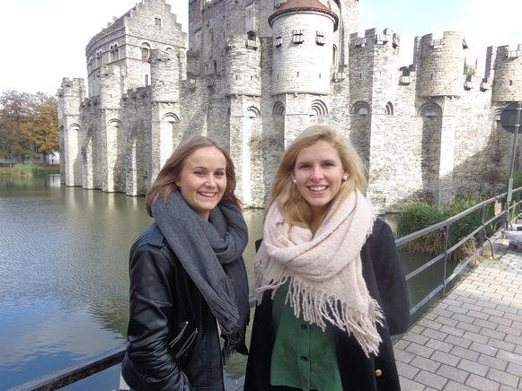Joyce Raes (l.) uit Vilvoorde en Aline Schokkaert (r.) uit St.Martens Lierde trekken naar Nepal.