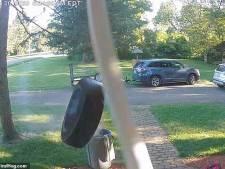 Bizar: losgeslagen autoband belt aan bij huis
