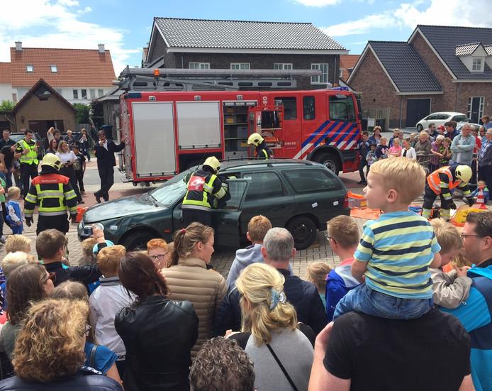 De brandweer in actie bij een autowrak tijdens de open dag.