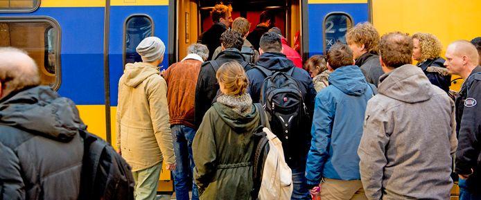 Reizigers klagen al jaren over bomvolle treinen, er loopt zelfs een rechtszaak tegen NS.