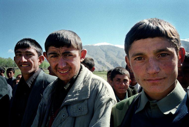 Jonge Ismaïli in 2004 in de provincie Ishkashim. Hun geestelijk leider, de Aga Khan, heeft de papaverteelt verboden. Toch zijn heel wat mensen in de arme regio verslaafd. Beeld robert knoth
