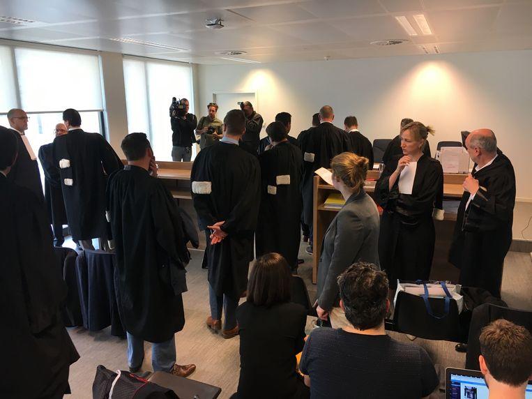 Advocaten maken zich klaar voor de zitting.