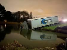 Vrachtwagenchauffeur verliest macht over het stuur en glijdt zo het water in