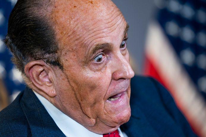 Rudi Giuliani tijdens een van de bizarre scènes waar hij de afgelopen maanden in belandde: met uitlopende haarverf in een persconferentie over fictieve verkiezingsfraude.