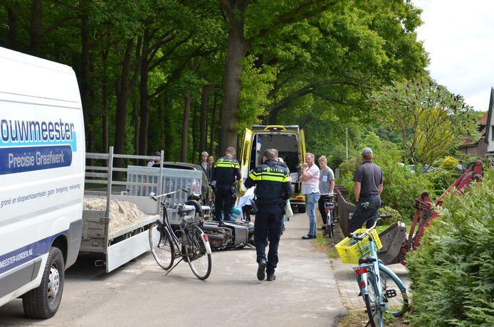 Eerst hulp voor de gevallen scooterrijder in Vorden.