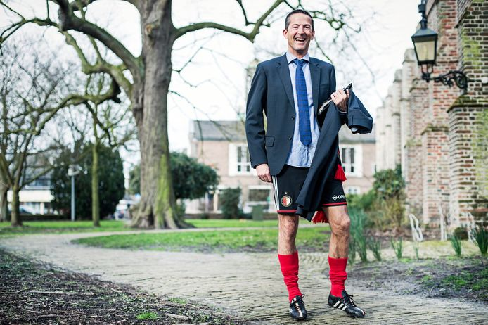 Wethouder Jon Herselman, op de archieffoto half in Feyenoord-tenue, heeft een tekenwedstrijd voor kindcentrum De Linge uitgeschreven.  De twee winnaars mogen mee naar De Kuip.