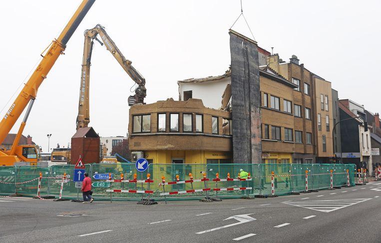 Om 10 uur vanmorgen lag een groot deel van de huizenrij in de Nieuwstraat al tegen de vlakte.