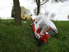 Tuktuk ramt boom in Waspik en belandt in sloot; 1 man gewond