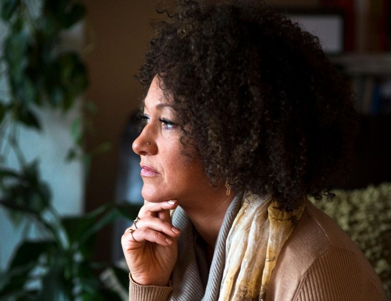 Rachel Dolezal, de witte Amerikaanse activiste die zich een Afrikaans-Amerikaans uiterlijk en identiteit aanmat. Beeld AP