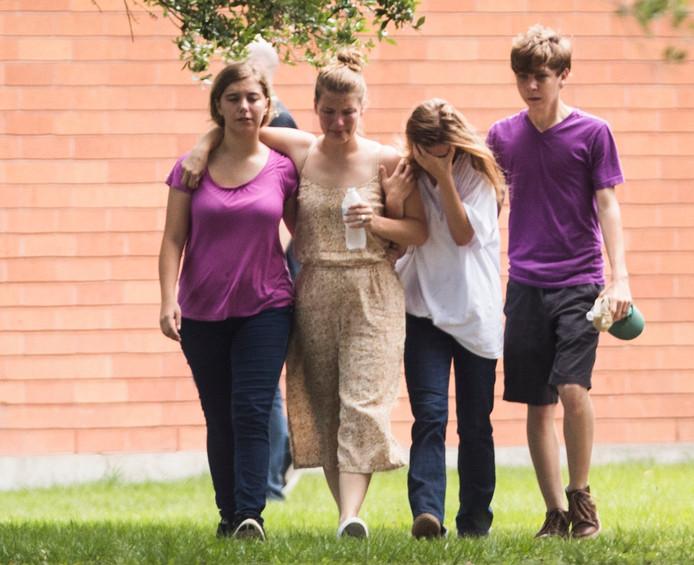 Rouwende leerlingen na de schietpartij