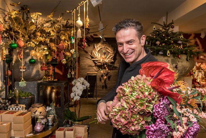 Machiel Bekker van de naar hem genoemde bloemen- en interieurzaak heeft vanaf vandaag Flipjekerstbal nummer vier in de schappen liggen.
