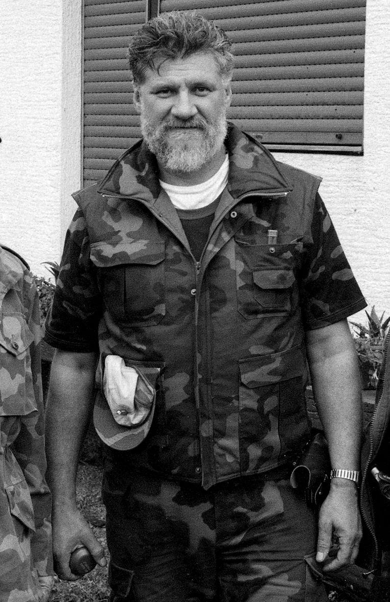 Slobodan Praljak poseert als generaal met een handgranaat ten tijde van de Kroatische Onafhankelijkheidsoorlog in september 1991.