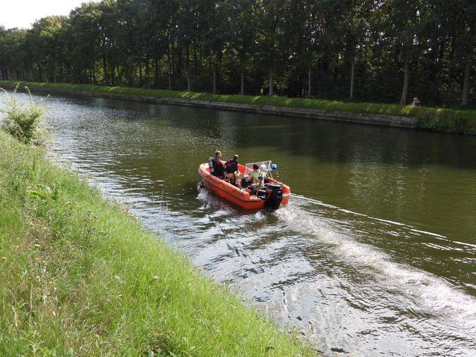 De brandweer zocht het wateroppervlak af naar een eventuele drenkeling.