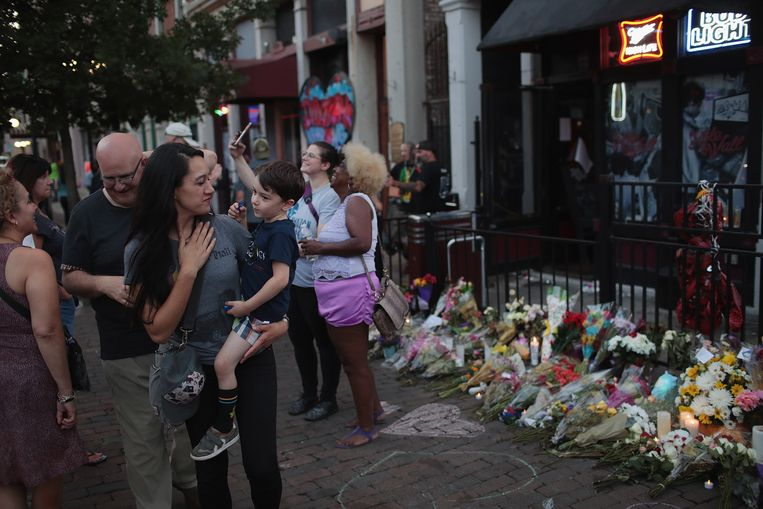 Bloemen ter nagedachtenis van de slachtoffers van de schietpartij in Dayton, Ohio, waar Connor Betts op 6  augustus een bloedbad aanrichtte.