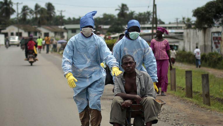 Een met ebola besmette man in Liberia. Beeld ap