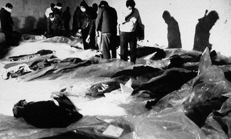 4 juli 1988: Nabestaanden proberen een dag na de vliegramp de opgeviste lichamen te identificeren.