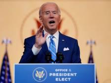 Joe Biden verzwikt enkel tijdens spelen met hond