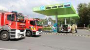 Gas ontsnapt aan tankstation terwijl CNG-wagen aan het tanken is