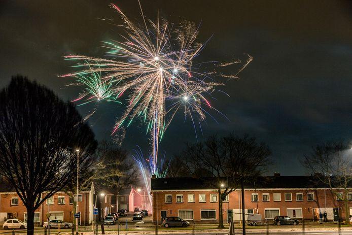 Ook de Ringbaan-Oost in Tilburg baadt in het licht van vuurwerk.