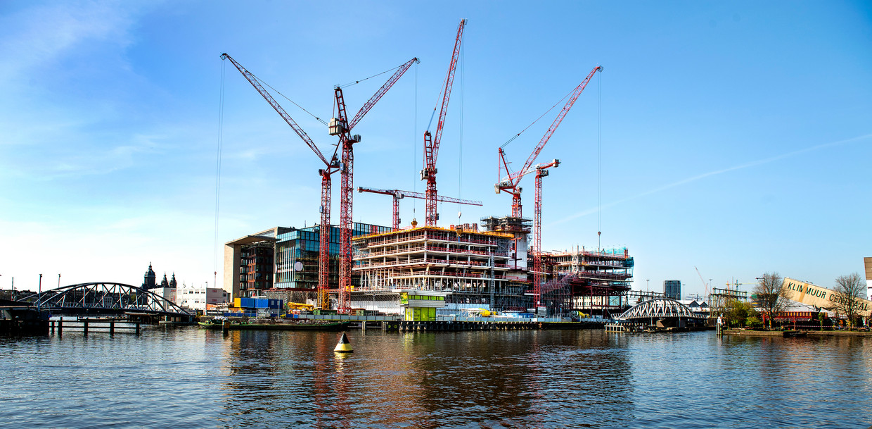 Het nieuwe hoofdkantoor van Booking.com verrijst in Amsterdam. Beeld null