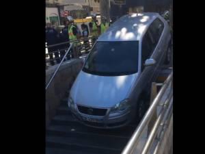 Elle se trompe d'entrée de parking et dévale les... escaliers en voiture