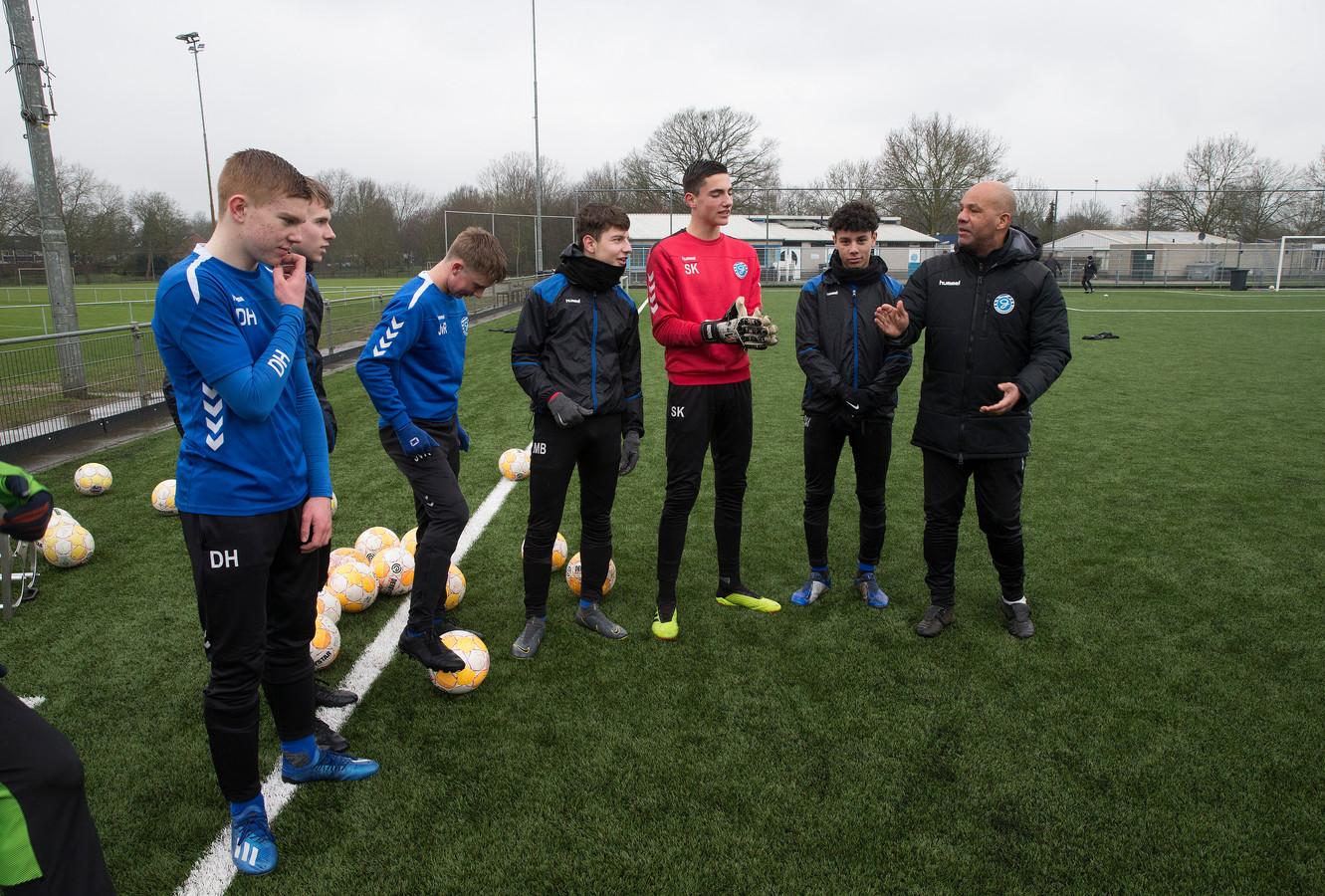 Trainer Armand Mannen van De Graafschap O16 jaar (rechts) met international Sven Kremers (in het rood) en spits Devin Haen (uiterst links).