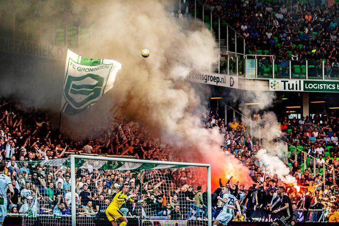 Vuurwerk tijdens FC Groningen tegen Ajax.