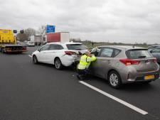 Vier auto's knallen op elkaar op A1 bij Amersfoort