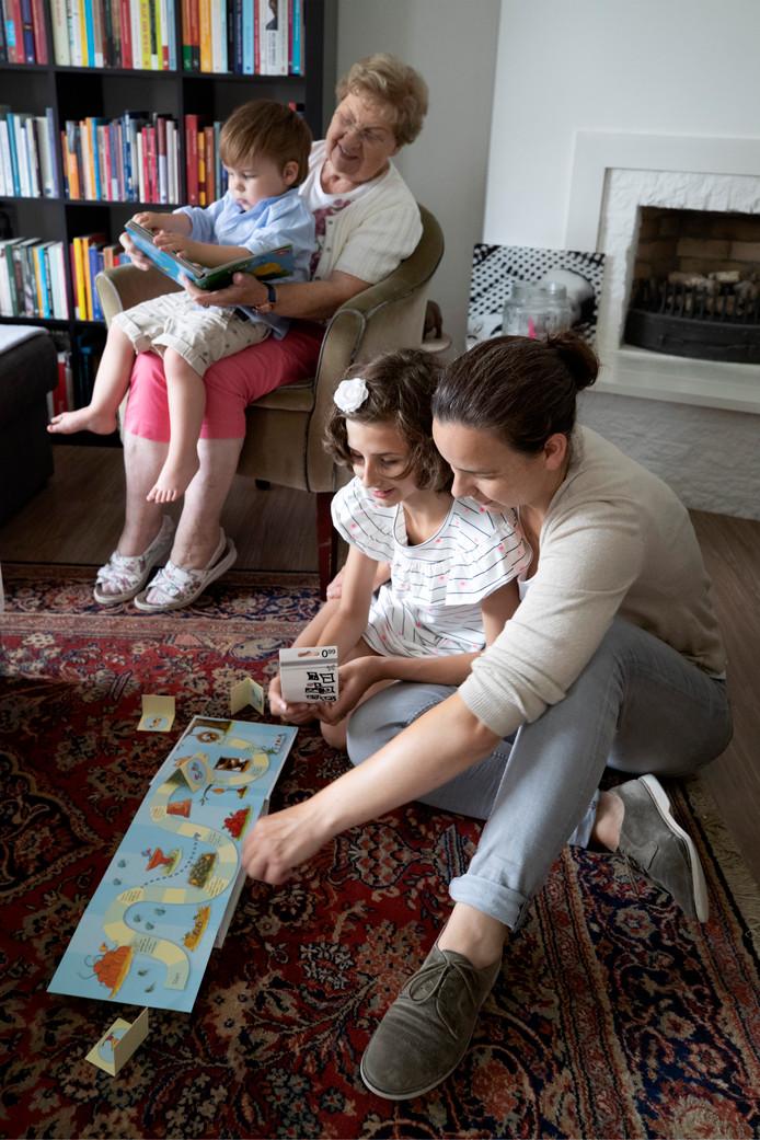 Judith met haar dichter Loïs. Oma Dapperen is aan het lezen met Niels. Wat iedereen van het gezin vindt, boeit Judith niet. 'Alleen de mening van m'n moeder telt.'