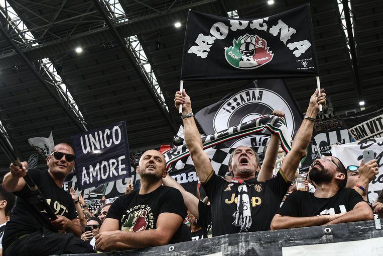 Fans van Juventus tijdens de wedstrijd tegen Lazio Roma. Beeld null