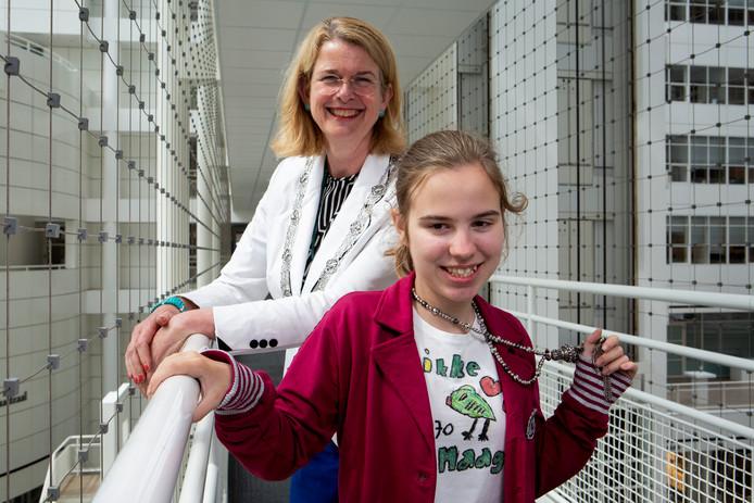 De 11-jarige Fenne van der Voort bezoekt haar idool burgemeester Pauline Krikke.