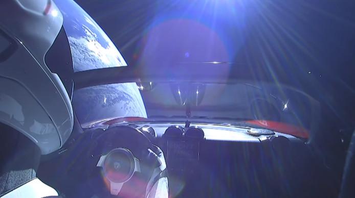 Het uitzicht van Starman in de Tesla Roadster.