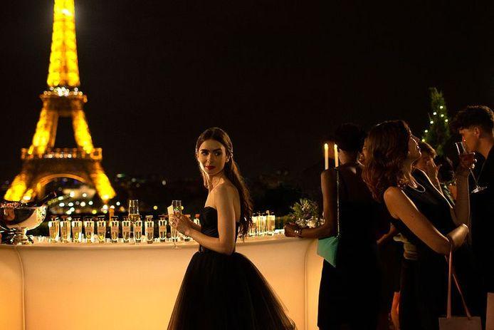 """""""Emily in Paris"""", la nouvelle série imaginée par le réalisateur Darren Star de """"Sex And The City"""", sera disponible prochainement sur Netflix."""