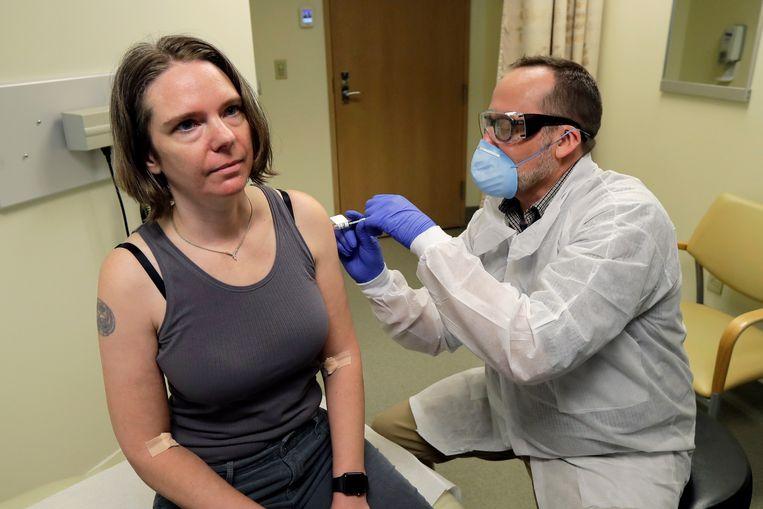 Jennifer Haller krijgt haar eerste inenting van een mogelijk vaccin tegen het nieuwe coronavirus. Dat is nog maar de eerste fase van een klinische studie. Vóór maart volgend jaar wordt er geen vaccin op de markt verwacht.