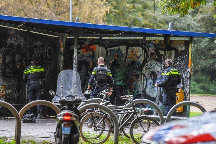 Politie houdt groepje jongeren staande in Weteringpark in Alphen.