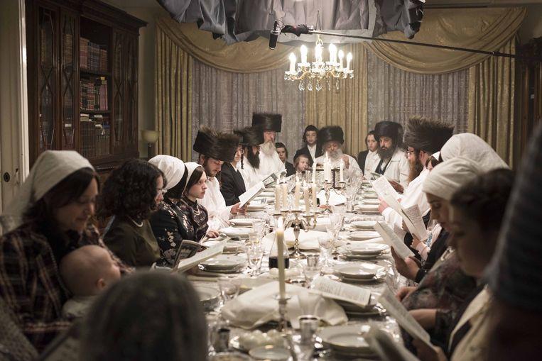 De maaltijd tijdens Pesach in 'Unorthodox' Beeld Anika Molnar/Netflix
