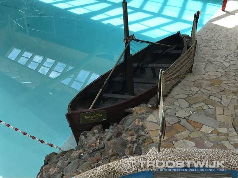 Een decoratief schip voor aan de kant van het zwembad