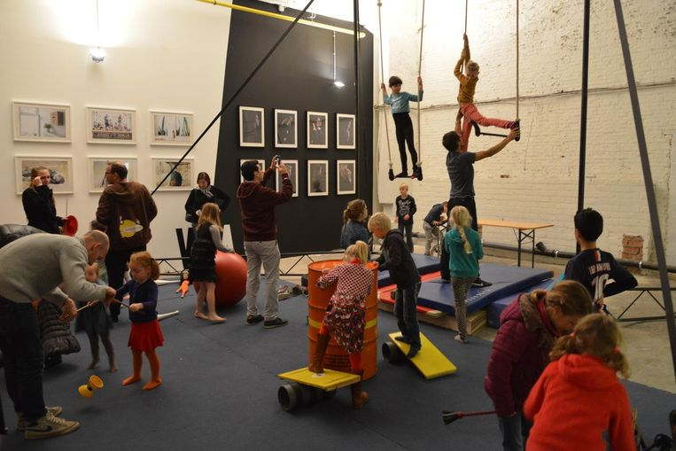 De kinderen kunnen acrobatische toeren uithalen in de circusschool.