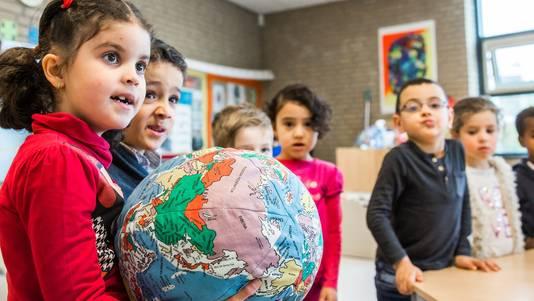 Vreedzame basisschool in de wijk Overvecht. Kleuters krijgen filosofieles.