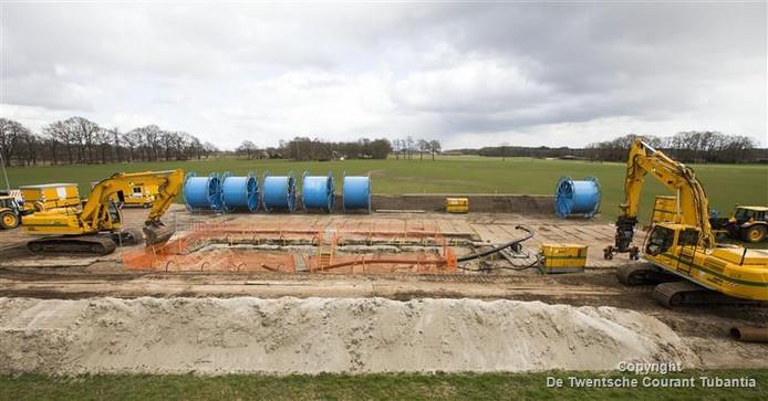 In opdracht van de Nederlandse Aardolie Maatschappij (NAM) is begonnen met de renovatie van een oude pijplijn van Schoonebeek naar gasvelden in Twente.