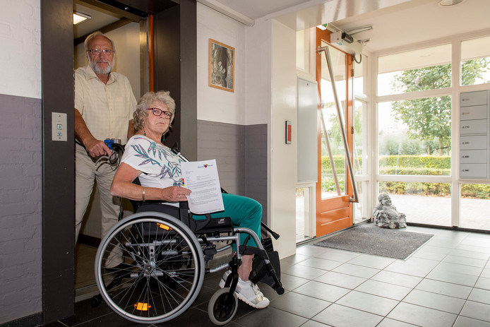 Jop en Marjan van den Berg kunnen 2 weken de lift niet gebruiken wegens onderhoud.